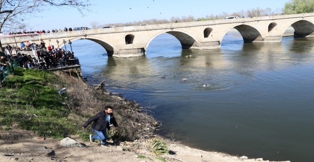 Fotoğraf çektirirken nehre düştü!