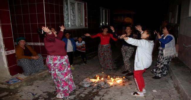 Evlerinin önünde kutladılar!