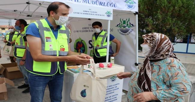 Sıfır Atık Projesi kapsamında, vatandaşlara 10 bin bez çanta ve bulaşık önlüğü hediye edildi.