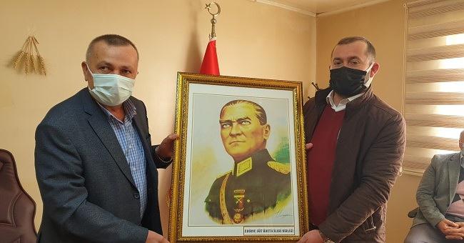 37 adet Atatürk resmi hediye etti!
