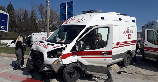 Ambulansın karıştığı kazada 3 yaralı!
