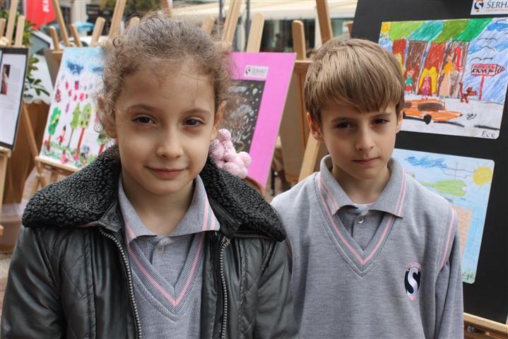 5 yaşındaki ikizlerin kişisel sergisi var!