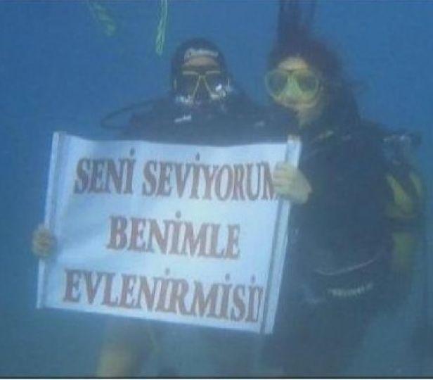 Amatör dalgıçtan su altında evlilik teklifi!