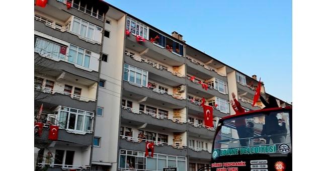 On binlerce kişi balkonlardaydı!
