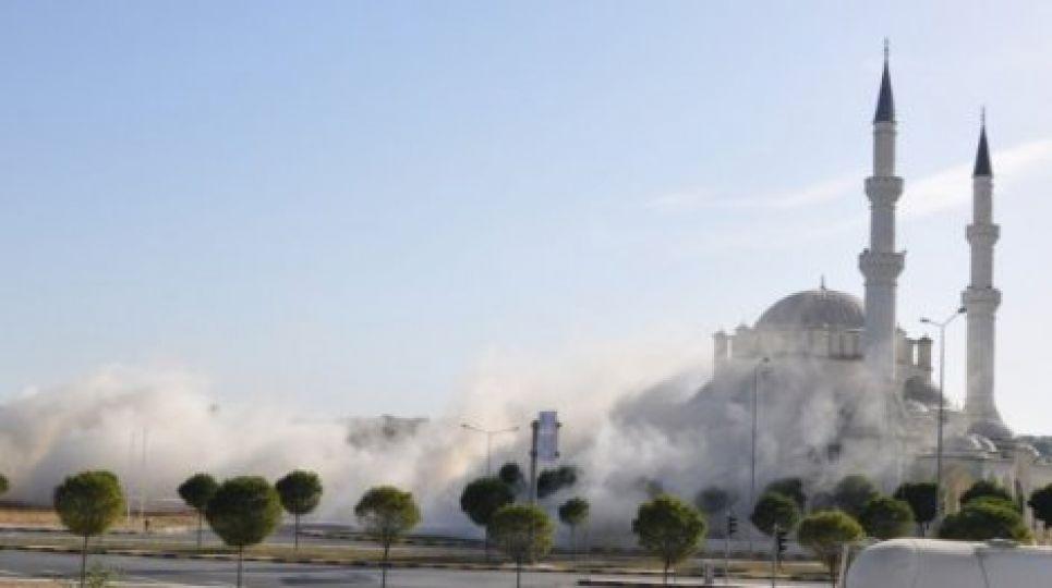 4 katlı bina dinamitle yıkıldı
